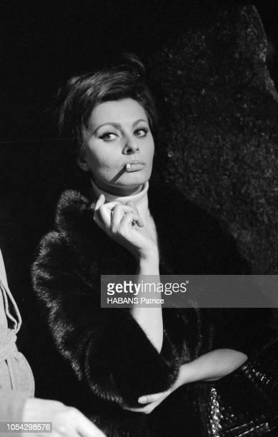 Espagne février 1963 Le tournage du film américain La chute de l'Empire romain d'Anthony Mann avec Sophia LOREN Ici l'actrice de troisquarts fumant...
