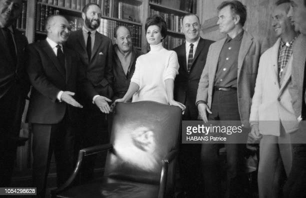 Espagne février 1963 Le tournage du film américain La chute de l'Empire romain d'Anthony Mann avec Sophia Loren Ici l'équipe du film posant lors...