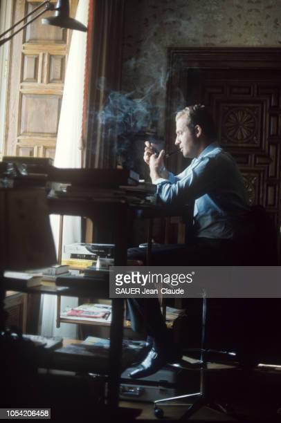 Espagne octobre 1974 Rendezvous avec le prince Juan Carlos à Palma de Majorque Le prince JUAN CARLOS d'Espagne de profil fumant la pipe à son bureau...