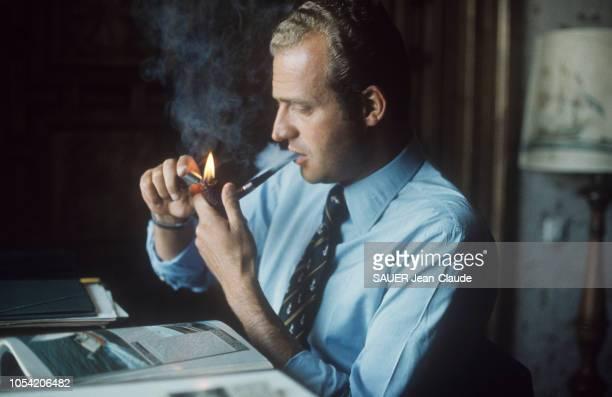 Espagne octobre 1974 Rendezvous avec le prince Juan Carlos à Palma de Majorque Ici allumant sa pipe assis à son bureau vêtu d'une chemise et d'une...