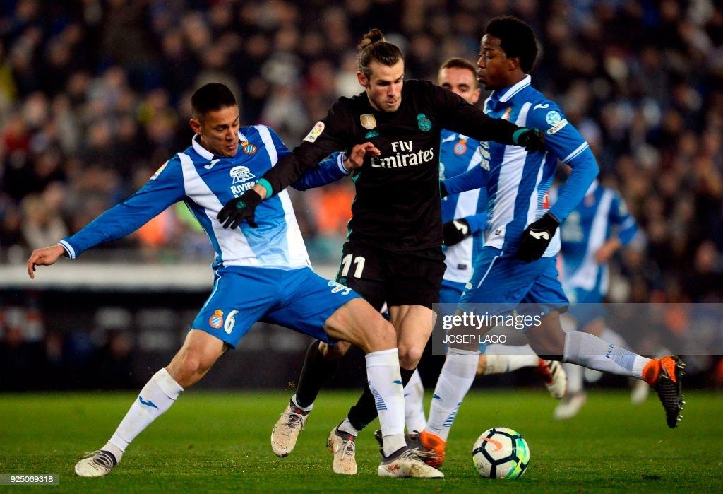 Espanyol's Nicaraguan forward Oscar Duarte (L) vies with Real Madrid's Welsh forward Gareth Bale during the Spanish league football match between RCD Espanyol and Real Madrid CF atthe RCDE Stadium in Cornella de Llobregat on February 27, 2018. / AFP PHOTO / Josep LAGO