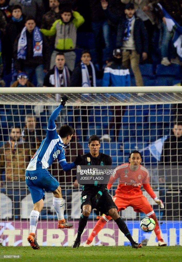 Espanyol's Spanish forward Gerard Moreno (L) shoots to score a goal during the Spanish league football match between RCD Espanyol and Real Madrid CF atthe RCDE Stadium in Cornella de Llobregat on February 27, 2018. / AFP PHOTO / Josep LAGO