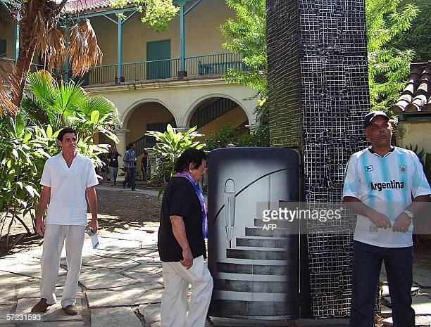Espectadores observan un refrigerador convertido en obra de arte durante la Novena Bienal de La Habana el 01 de abril de 2006 Varios artistas cubanos...