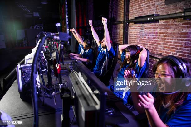 esports team winning the match - match sportivo foto e immagini stock
