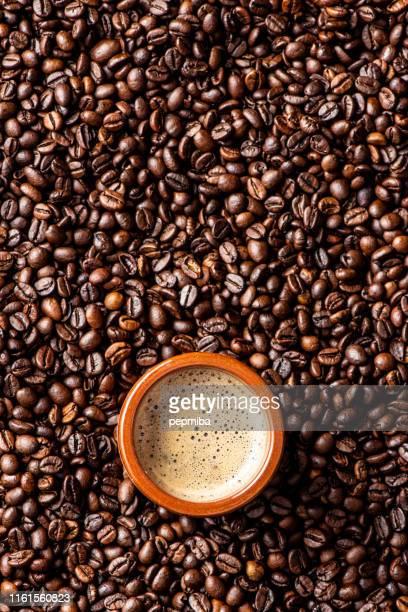 caneca de café do espresso sobre feijões de café - coffee - fotografias e filmes do acervo