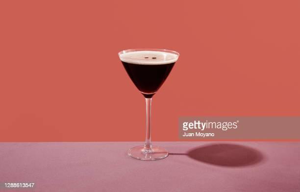 espresso martini in a cocktail glass - koffie drank stockfoto's en -beelden