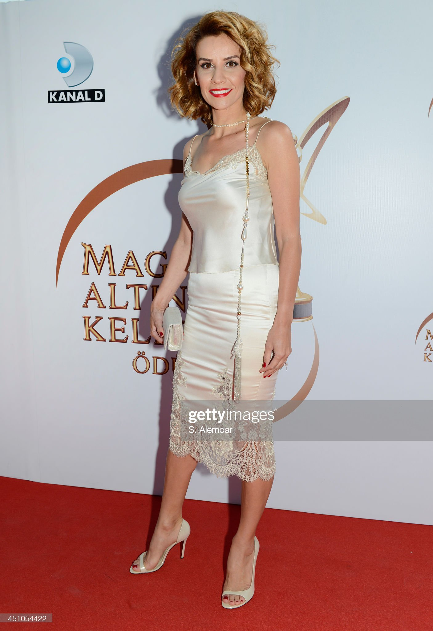 Turcos      - Página 2 Esra-erol-attends-the-magnum-golden-butterfly-awards-at-zorlu-center-picture-id451054422?s=2048x2048