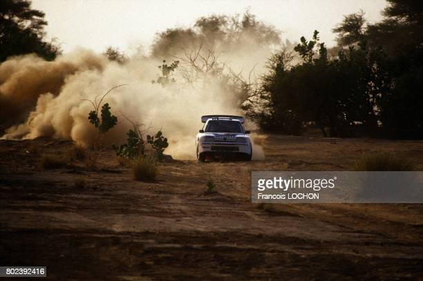 Essai de la Peugeot 205 Turbo 16 pour le rallye ParisDakar le 9 octobre 1986 au Niger