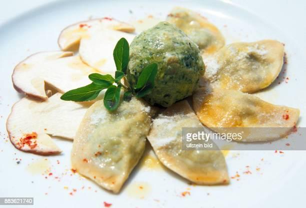 Essen Speisen Spinatknoedel Schlutzkrapfen Ravioli mit Spinatfuellung Steinpilze Food Ravioli with spinach filling porcini mushrooms