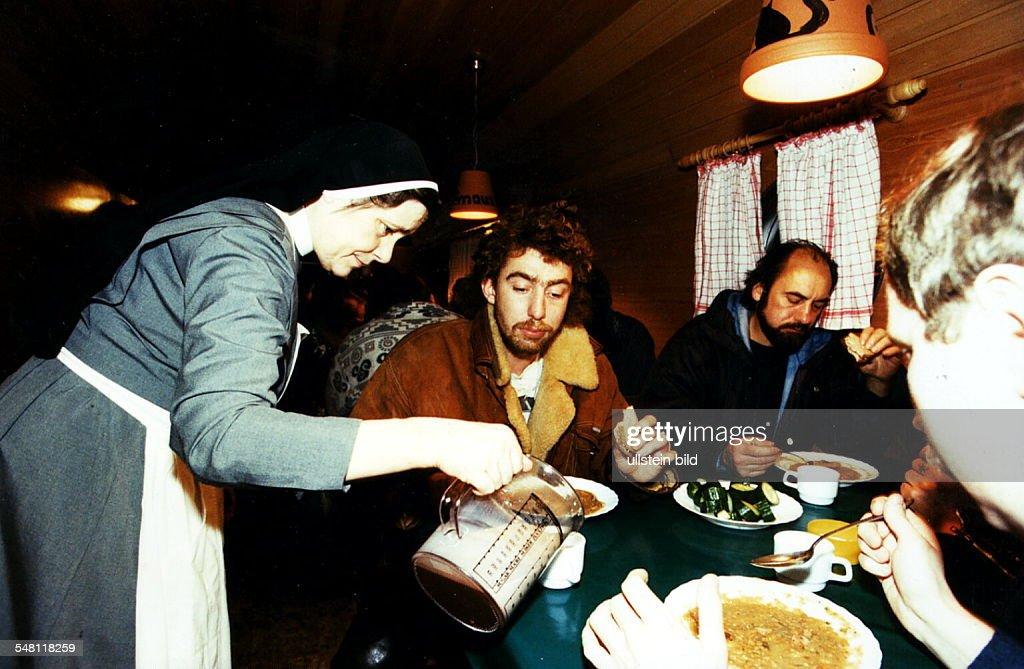 Essenausgabe an Obdachlose in einer Suppenküche - 1994 News Photo ...