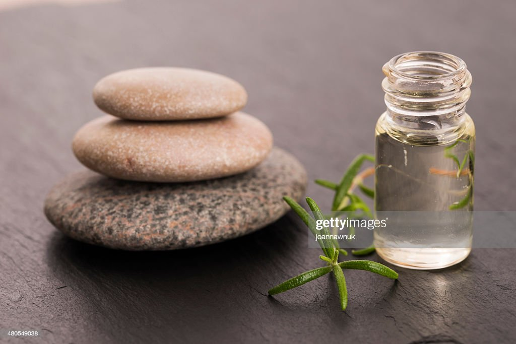 Óleo essencial de alecrim e fresco verde folhas : Foto de stock