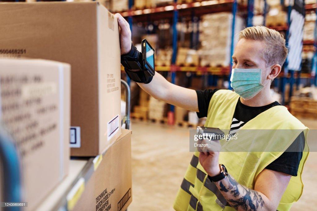 Unverzichtbare Arbeitnehmer in der Dienstleistungs- und Lieferindustrie mit Gesichtsmaske während der Covid-19-Pandemie : Stock-Foto