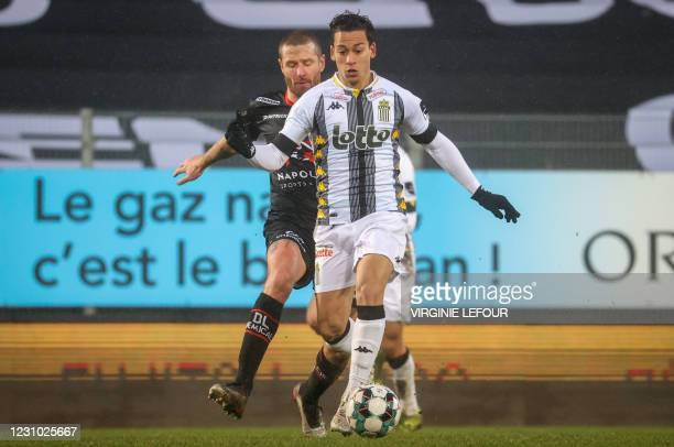 Essevee's Damien Marcq and Charleroi's Cristian Benavente fight for the ball during a soccer match between Sporting Charleroi and SV Zulte Waregem,...
