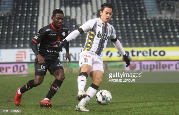 Essevee's Daniel Opare and Charleroi's Cristian Benavente fight for the ball during a soccer match between Sporting Charleroi and SV Zulte Waregem,...