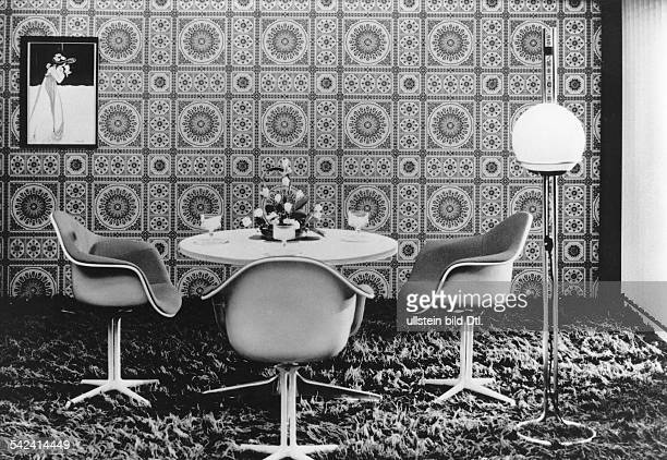 Esszimmereinrichtung mit großgemusterter Tapete1970