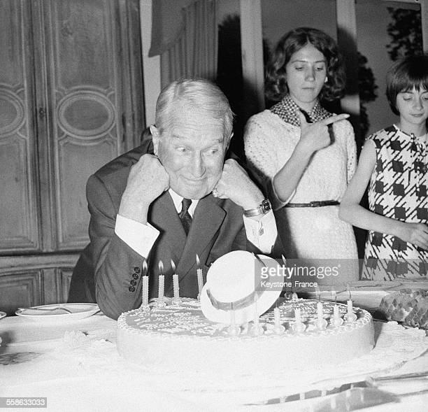 C'est dans l'intimite de sa villa que le celebre fantaisiste Maurice Chevalier a fete ses 77 ans entoure de ses neveux et nieces et de quelques...