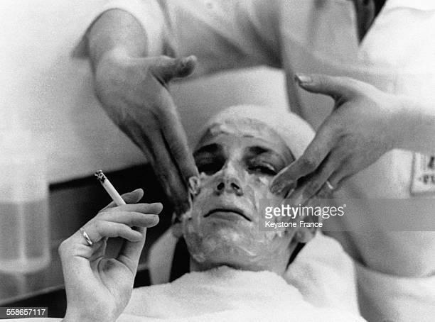 C'est maintenant aux hommes de se faire faire des soins du visage au salon 'Figaro' a Victoria Street le 30 avril 1964 a Londres RoyaumeUni