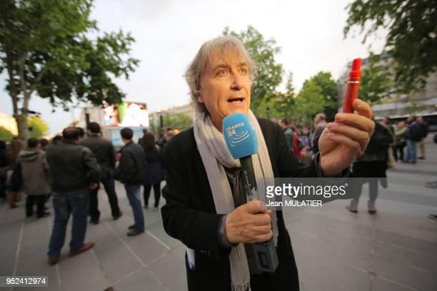C'est notre seule arme ' rappelle Plantu en brandissant un stylo lors de la projection en avantpremière et en plein air sur la Place de la République...