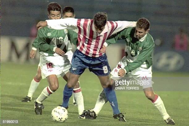 Estanislao Struway de Paraguay trata de llevarse la pelota entre la marca de Alberto Garcia Aspe y Francisco Arce de Mexico 06 Julio en el partido...