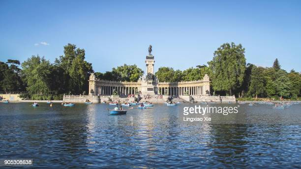 estanque lake in parque del buen retiro with monument to alonso xii, madrid, spain - madrid stockfoto's en -beelden