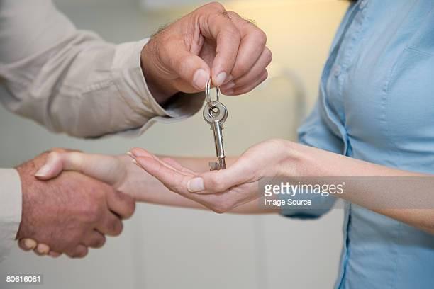 agent immobilier donnant une femme un des