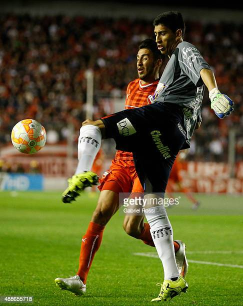 Esteban Andrada goalkeeper of Arsenal fights for the ball with Juan Lucero of Independiente during a second leg match between Independiente and...