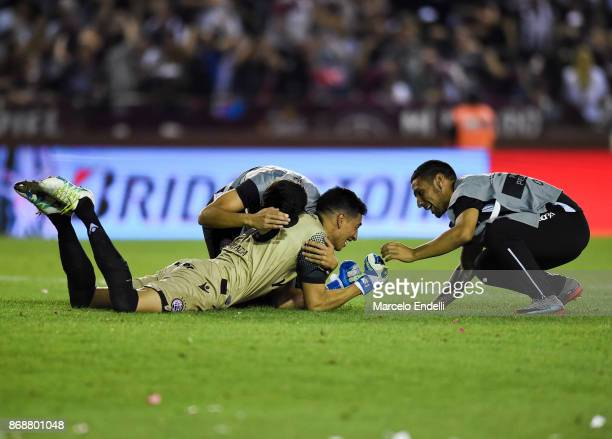 Esteban Andrada goalkeeper of Lanus celebrates after winning a second leg match between Lanus and River Plate as part of the semifinals of Copa...