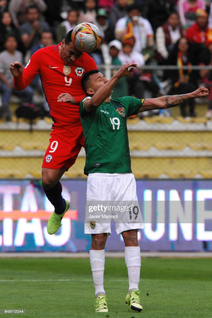 Esteban Paredes of Chile fights for the bal with Jorge Flores of Bolivia during a match between Bolivia and Chile as part of FIFA 2018 World Cup Qualifiers at Hernando Siles Stadium on September 05, 2017 in La Paz, Bolivia.