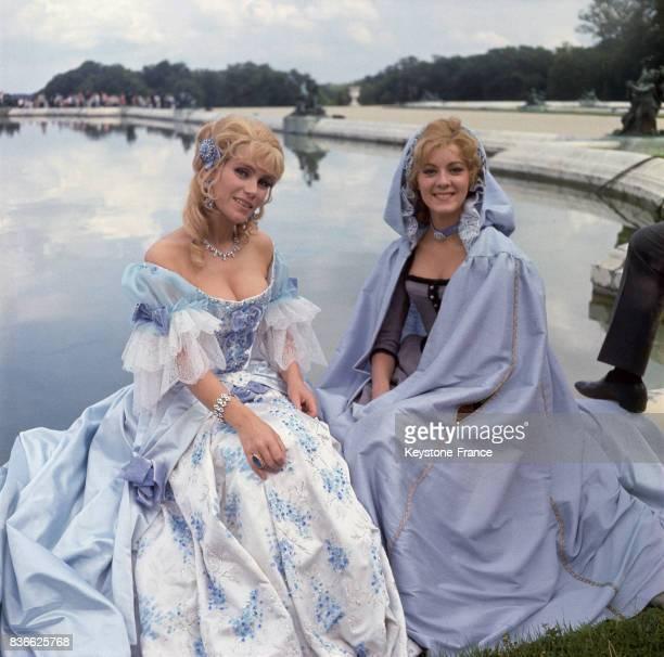 Estella Blain avec une autre actrice au bord d'un bassin lors du tournage du film 'Angélique et le Roy' en 1965 dans les jardins du chateau de...