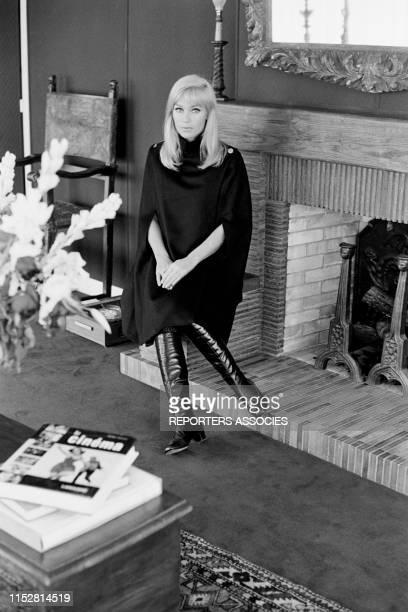 Estella Blain présente un modèle de cape à Paris en décembre 1967 France