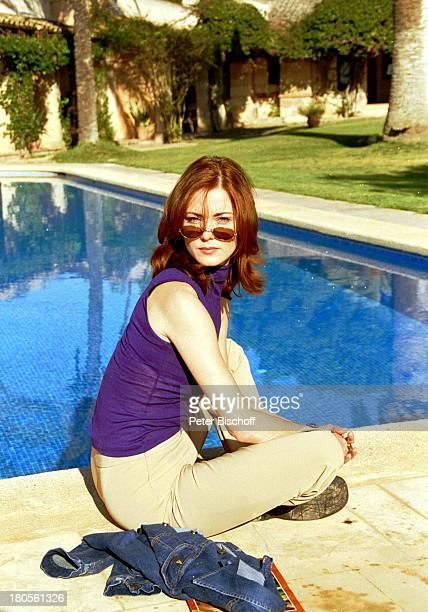 """Esther Schweins, ZDF-Reihe """"Im;Fadenkreuz"""", Titel:""""Das Chamäleon"""",;Garten, Pool, Schwimmbecken,;Sonnenbrille, Mallorca/Balearen/Spanien,"""