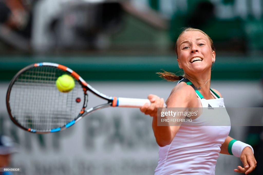 TOPSHOT - Estonia's Anett Kontaveit returns the ball to Spain's Garbine Muguruza during their tennis match at the Roland Garros 2017 French Open on May 31, 2017 in Paris. / AFP PHOTO / Eric FEFERBERG