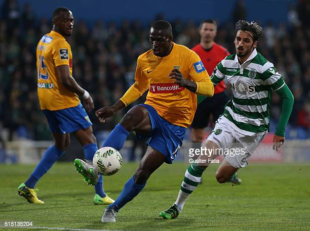 Estoril PraiaÕs midfielder Anderson Esiti with Sporting CPÕs forward Bryan Ruiz from Costa Rica in action during the Primeira Liga match between GD...