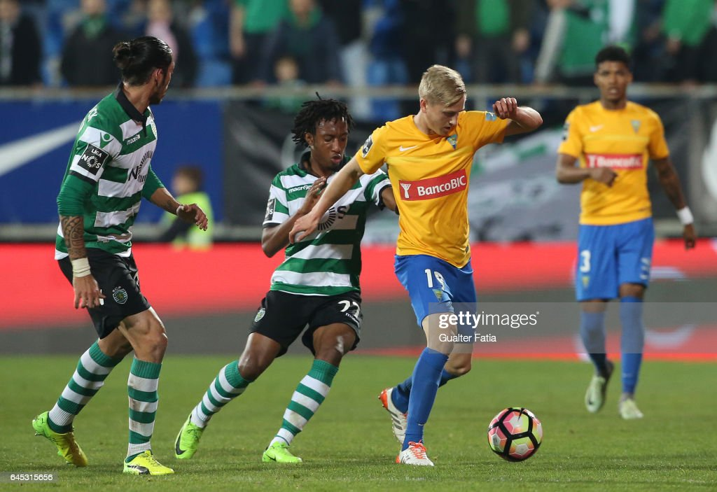 Estoril's midfielder Dmytro Yarchuk from Ucrania with Sporting CP's forward Gelson Martins from Portugal in action during the Primeira Liga match between GD Estoril Praia and Sporting CP at Estadio Antonio Coimbra da Mota on February 25, 2017 in Estoril, Portugal.