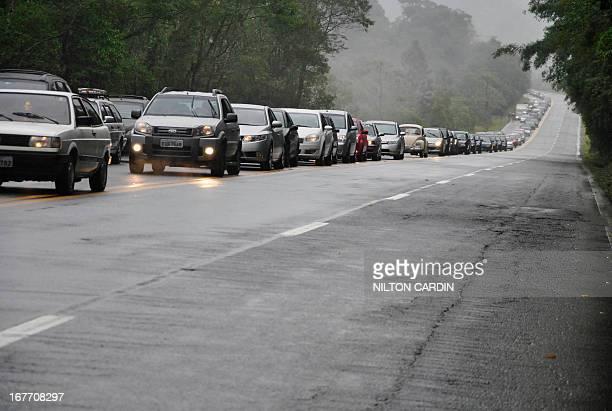 Estrada movimento feriado corpus christi - a rodovia dos tamoios tem transito intenso sentido litoral e no km 66 em paraibuna moradores do bairro...