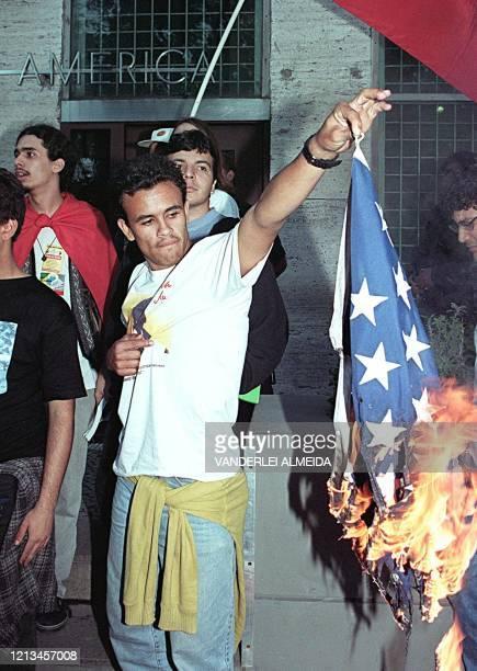 Estudiantes universitarios queman una bandera de los Estados Unidos frente al consulado general de ese pais en Rio de Janeiro, el 26 de Junio,...