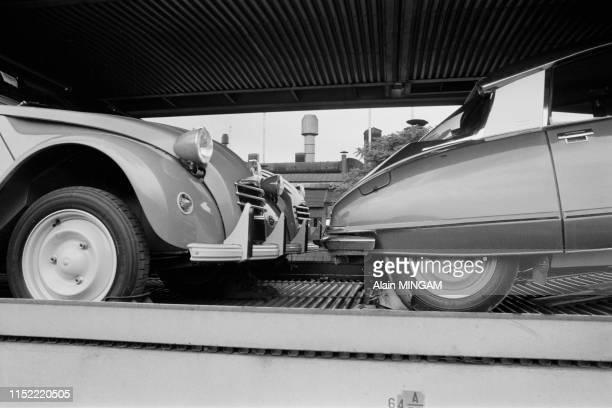 2 CV et Citroën DS sur un train près de l'usine Citroën javel à Paris le 26 juin 1974 France