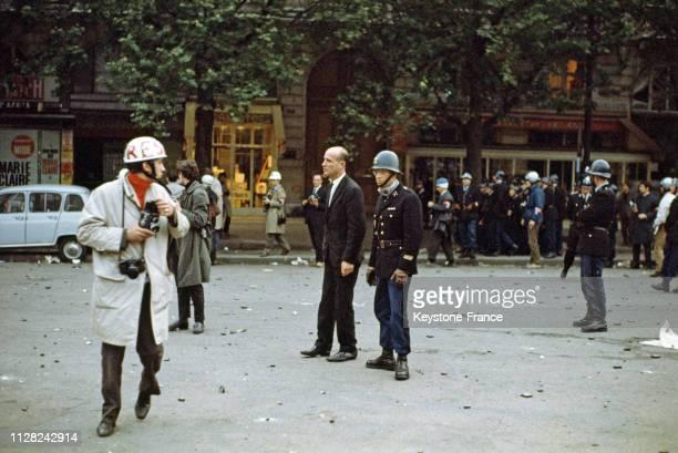 Et photographes dans le quartier latin à Paris, France, le 25 mai 1968.
