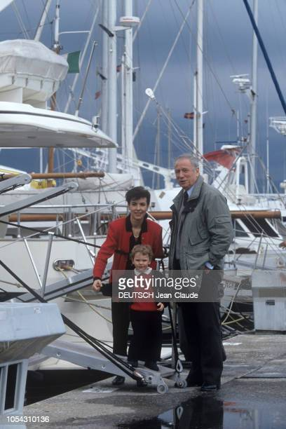 ANTIBES et SAINTPAULDEVENCE 3 mars 1991 Rendezvous avec Yves MONTAND en famille au bord de la mer Ici posant avec son fils Valentin et sa compagne...