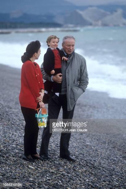 ANTIBES et SAINTPAULDEVENCE 3 mars 1991 Rendezvous avec Yves MONTAND en famille sur la plage de galets d'Antibes Ici portant son fils Valentin dans...