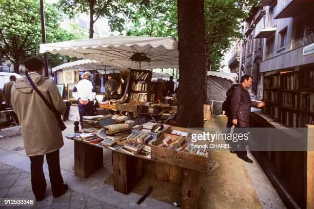 Etals de brocanteurs sur le boulevard Arago a Paris France