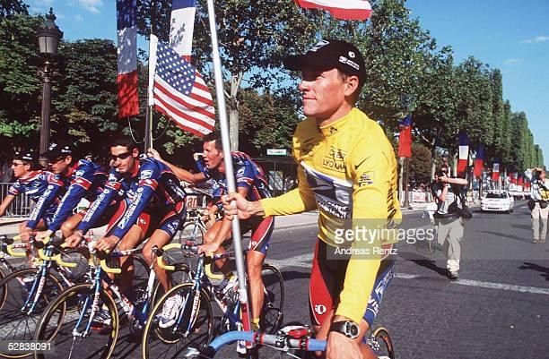 Etappe von Arpajon nach Paris; Lance ARMSTRONG/USA/TEAM US POSTAL im gelben Trikot mit USA Flagge