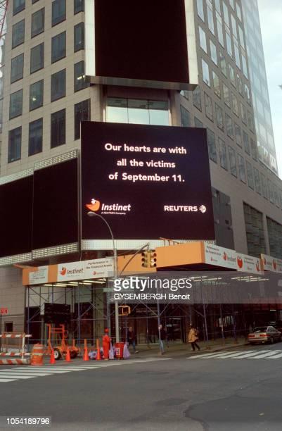 ambiance à Manhattan près de deux mois après les attentats islamistes du 11 septembre 2001 contre les tours du World Trade Center à un carrefour sur...