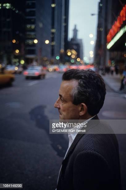 EtatsUnis septembre 1987 Le réalisateur Louis MALLE et son épouse Candice BERGEN avec leur fille Chloé à New York Portrait du réalisateur de profil...