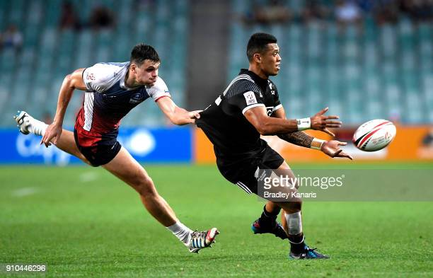 Etene NanaiSeturo of New Zealand passes the ball in the match against Russia during day one of the 2018 Sydney Sevens at Allianz Stadium on January...