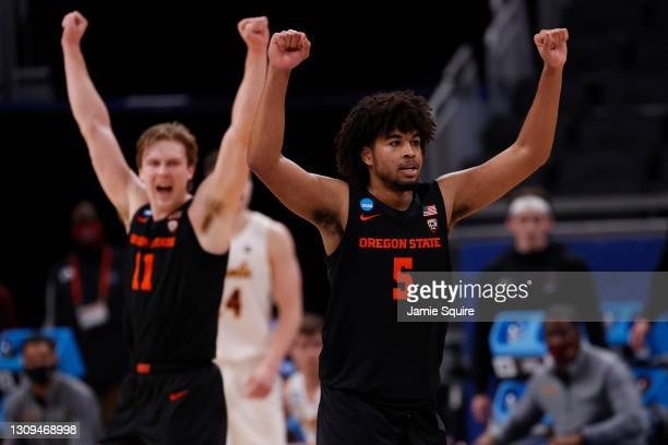 Ethan Thompson of the Oregon State Beavers celebrates after a breakaway dunk against the Loyola-Chicago Ramblers during the second half in the Sweet...