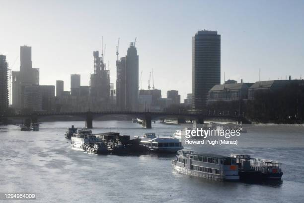 ethereal early morning riverscape - howard pugh stock pictures, royalty-free photos & images