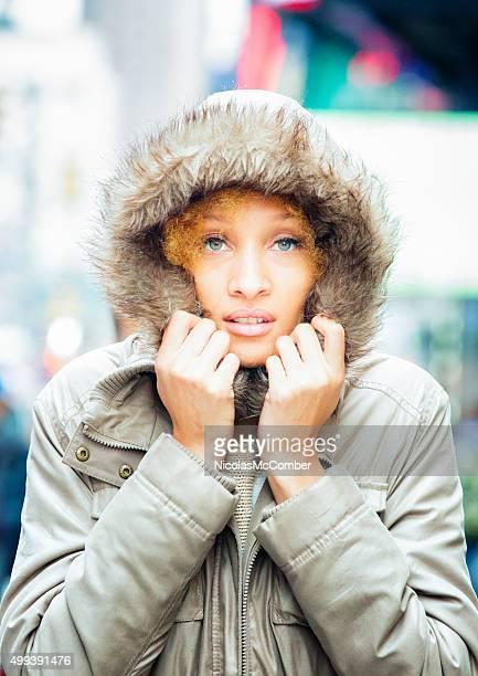 Etérea misturado-raça mulher de casaco de inverno