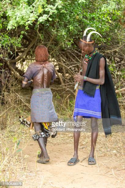äthiopien: stierspringen - female whipping stock-fotos und bilder