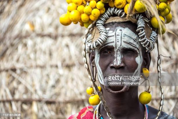 etiopía: mursi woman - tribu mursi fotografías e imágenes de stock